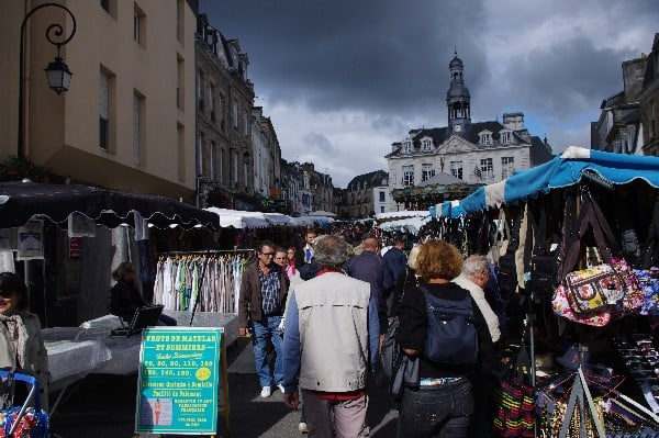 Markt auf dem Place de la République in Auray